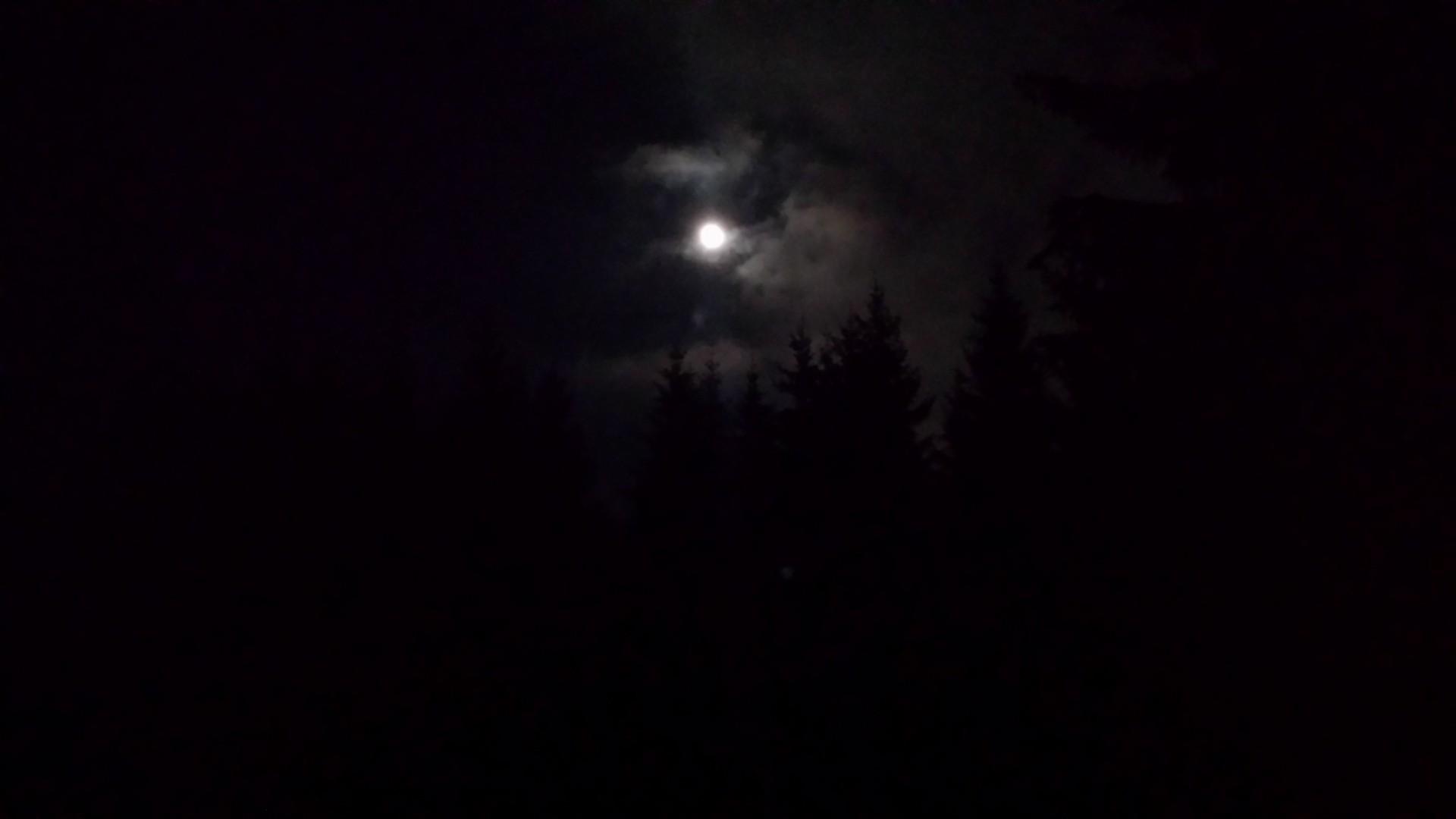 Při pobytu ve tmě krásně svítí Měsíc