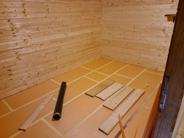 Izolace podlahy a příprava na folii